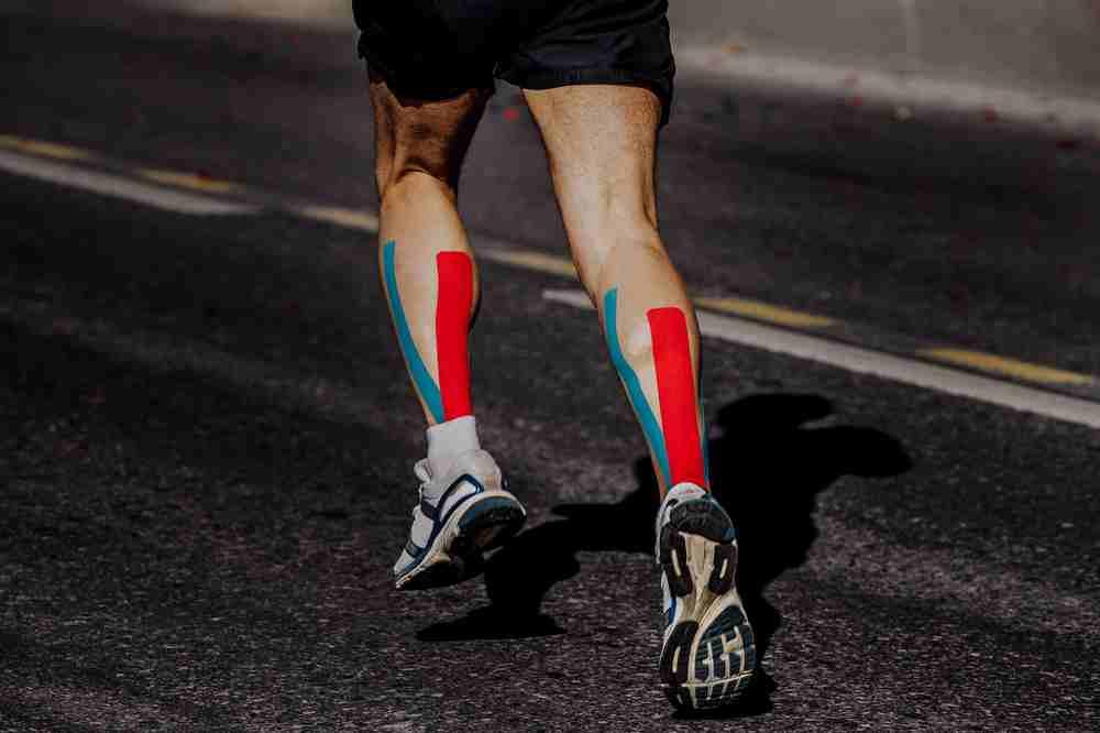 atleta con cinta kinesio tape